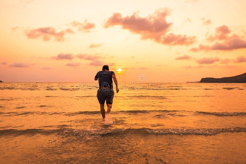 L'homme d'affaires courant, course d'athlète au temps de coucher du soleil, mode de vie sain détendent le concept image stock