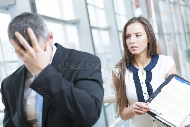 L'homme d'affaires défait tourne loin le collègue de forme photo libre de droits