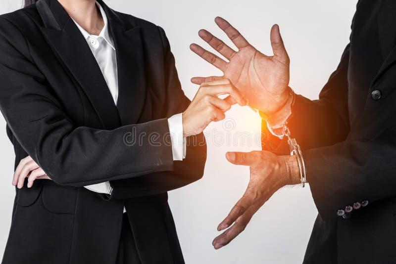 l'homme d'affaires dans des menottes et la femme remettent la clé de offre résolvant l'autobus photos libres de droits