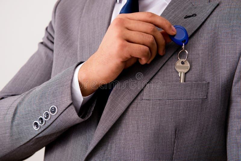 L'homme d'affaires dans le concept d'immobiliers avec la touche début d'écran images stock