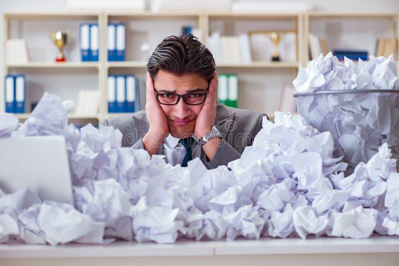 L'homme d'affaires dans le concept de réutilisation de papier dans le bureau image stock