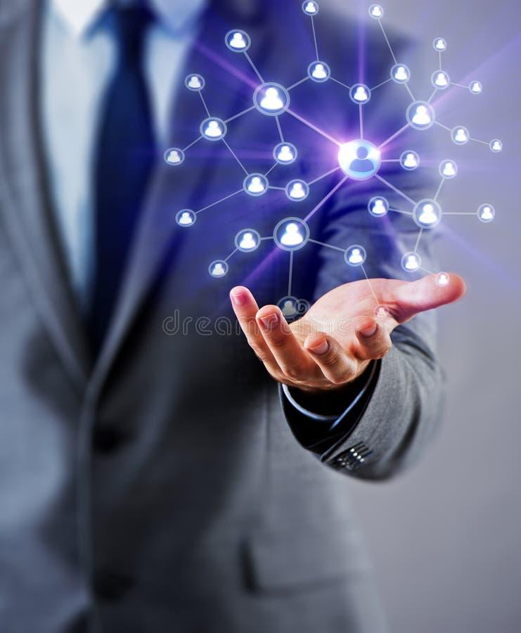 L'homme d'affaires dans le concept social de réseaux photo libre de droits