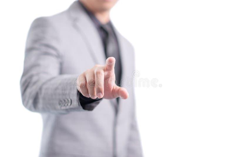 L'homme d'affaires dans le costume gris dirige son doigt pour toucher l'écran, d'isolement photographie stock libre de droits