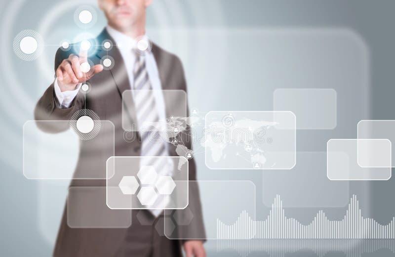 L'homme d'affaires dans le doigt de costume appuie sur le bouton virtuel illustration de vecteur