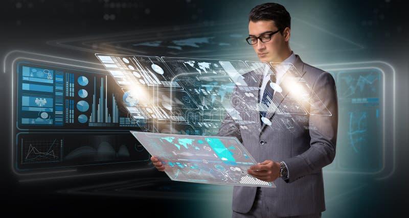 L'homme d'affaires dans le grand concept de gestion des données photo libre de droits
