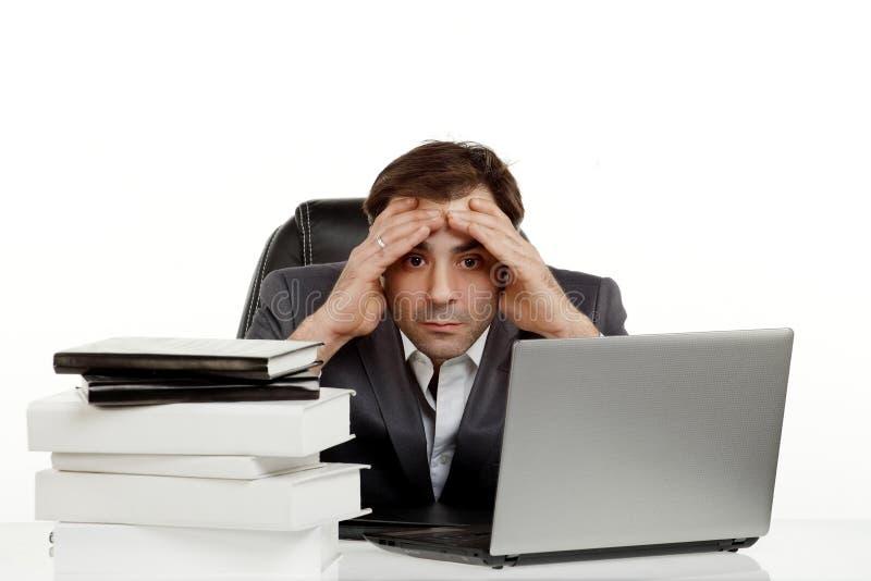 L'homme d'affaires dans son bureau a fatigué images stock