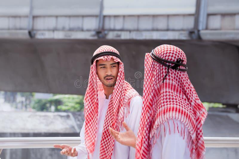 L'homme d'affaires de deux Arabes discutent, conseillent et marchent ensemble autour images stock
