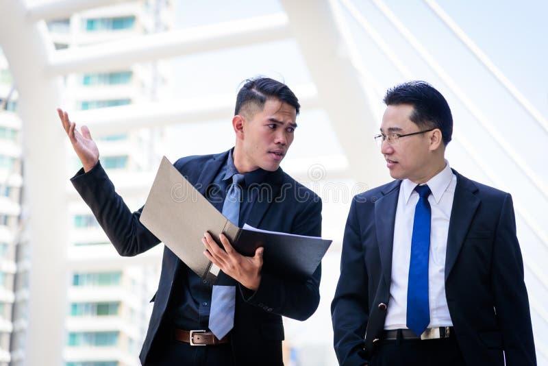 L'homme d'affaires de deux Asiatiques a parler pour la vision d'affaires photo libre de droits