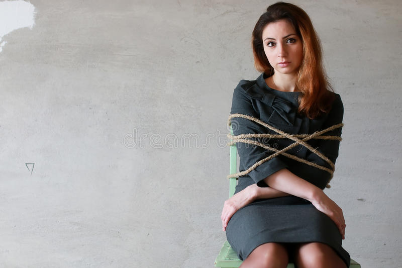 L'homme d'affaires de femme s'asseyant sur la chaise a associé le concept de bourreau de travail image libre de droits