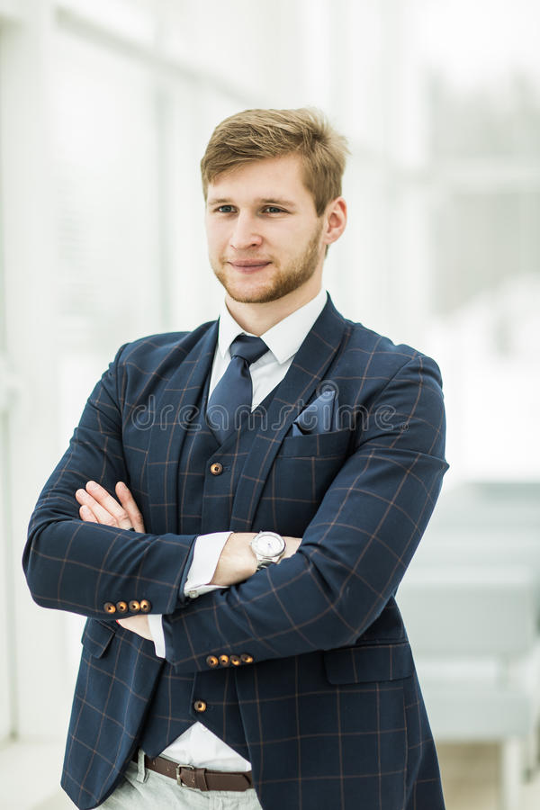 L'homme d'affaires de nouveau venu dans un costume se tient près de la fenêtre, photographie stock