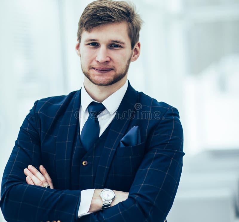L'homme d'affaires de nouveau venu dans un costume se tient pr?s de la fen?tre photographie stock libre de droits