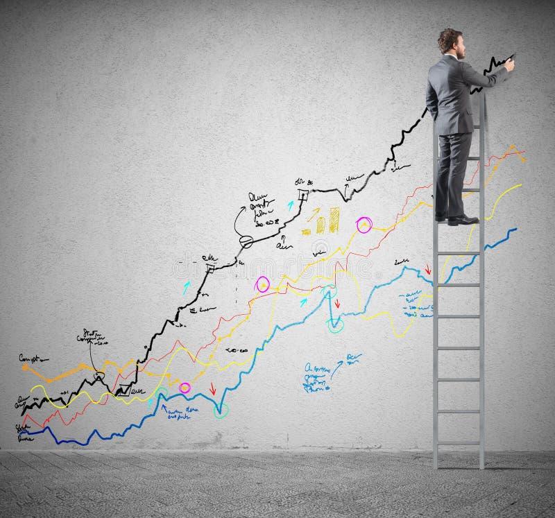 L'homme d'affaires dessine des statistiques photos stock