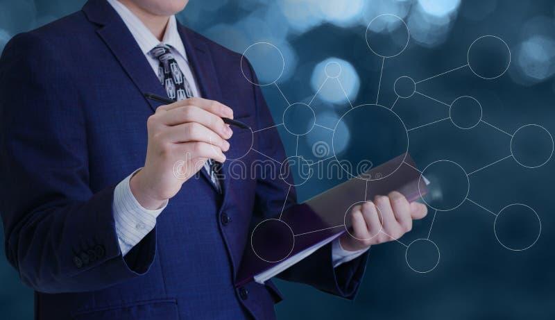 L'homme d'affaires dessine la structure du réseau d'affaires photographie stock libre de droits