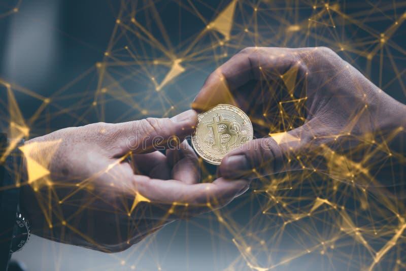 L'homme d'affaires donne l'homme de bitcoin Foyer sélectif chaîne de bloc Te images stock