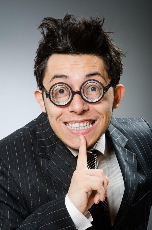 L'homme d'affaires drôle de ballot dans le studio foncé photographie stock