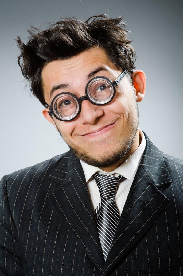 L'homme d'affaires drôle de ballot dans le studio foncé photos libres de droits
