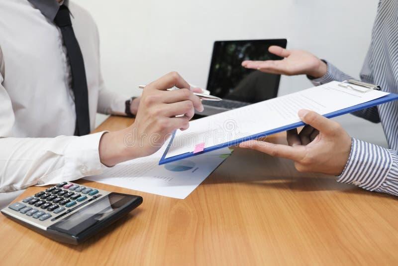L'homme d'affaires emploie un stylo pour des données financières analysant le compte image stock