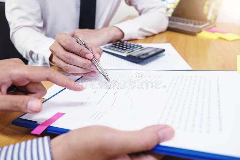 L'homme d'affaires emploie un stylo pour des données financières analysant le compte photographie stock libre de droits