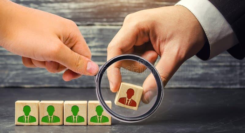 L'homme d'affaires enlève/écarte l'employé de l'équipe gestion dans l'équipe blocs en bois avec une image de photographie stock