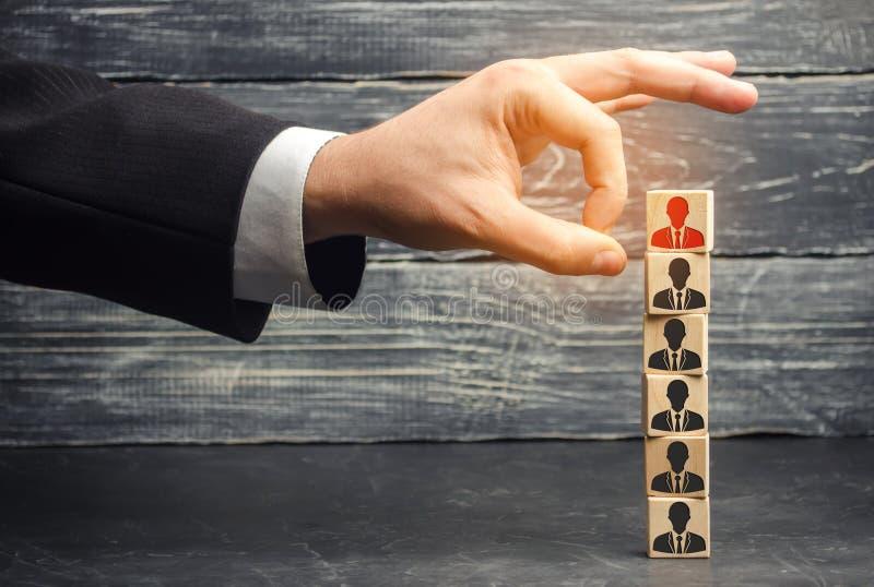 L'homme d'affaires enlève/écarte l'employé de l'équipe gestion dans l'équipe blocs en bois avec une photo de travailleur photo libre de droits
