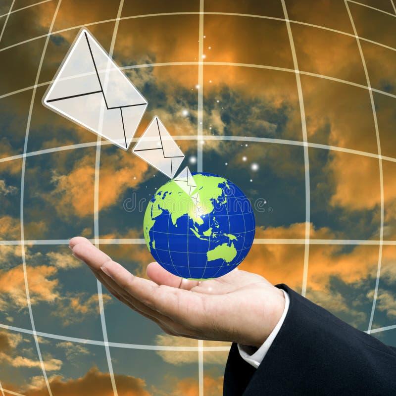 L'homme d'affaires envoient l'email, mondialisation photo stock