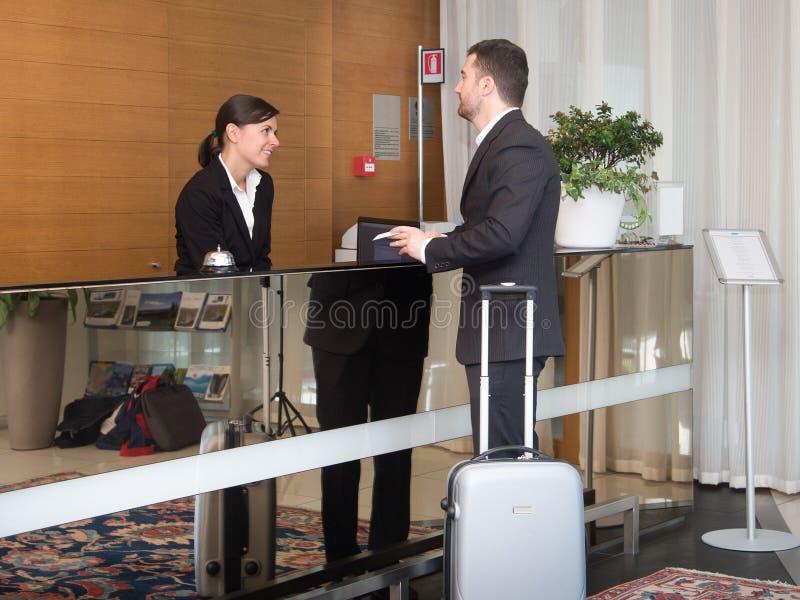 L'homme d'affaires est arrivé dans l'hôtel et arrive photo stock
