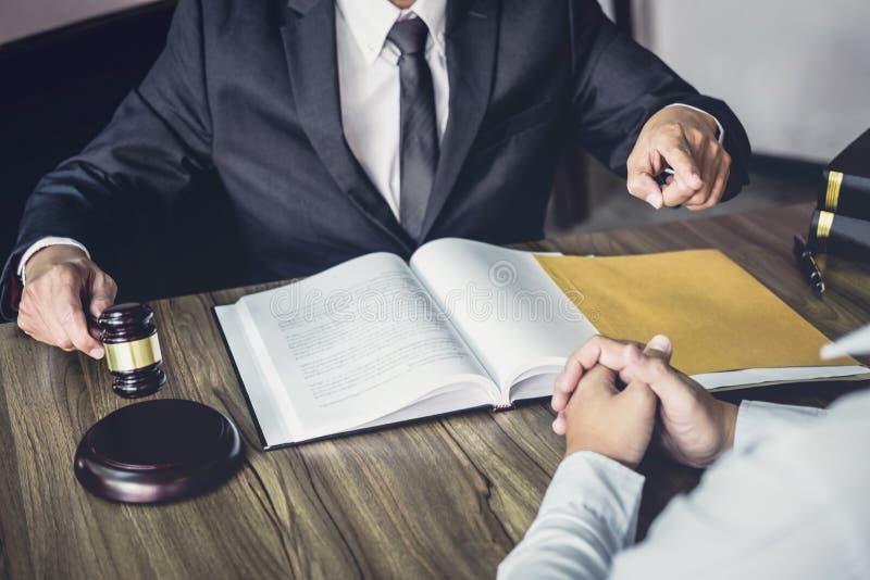 L'homme d'affaires et l'avocat ou le juge de m?le consultent avoir la r?union d'?quipe avec le client, le concept de loi et de se photos stock