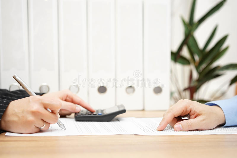 L'homme d'affaires et la femme d'affaires analysent des nombres financiers dessus images libres de droits