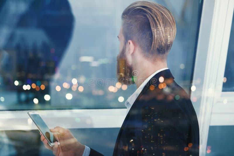 L'homme d'affaires examine loin à l'avenir la nuit Concept d'innovation et de démarrage photo stock