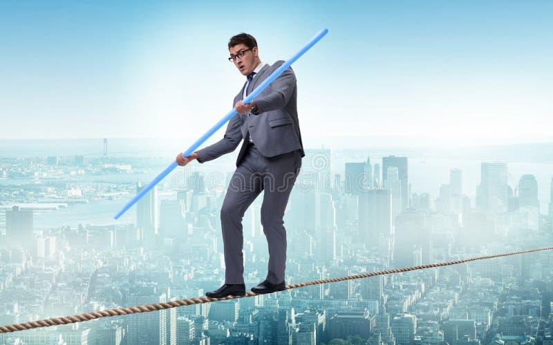 L'homme d'affaires faisant la corde raide marchant dans le concept de risque images stock