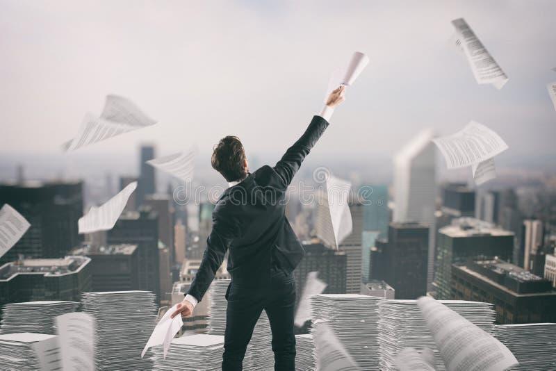 L'homme d'affaires fatigué de la bureaucratie jette des feuilles de papier dans le ciel photos stock