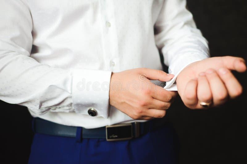 L'homme d'affaires a habillé le costume avant de rencontrer des associés image stock