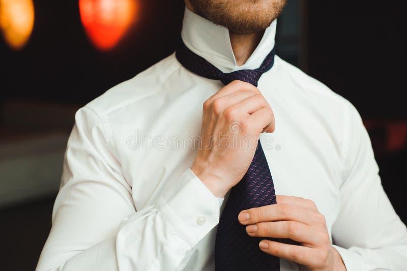 L'homme d'affaires a habillé le costume avant de rencontrer des associés photos libres de droits
