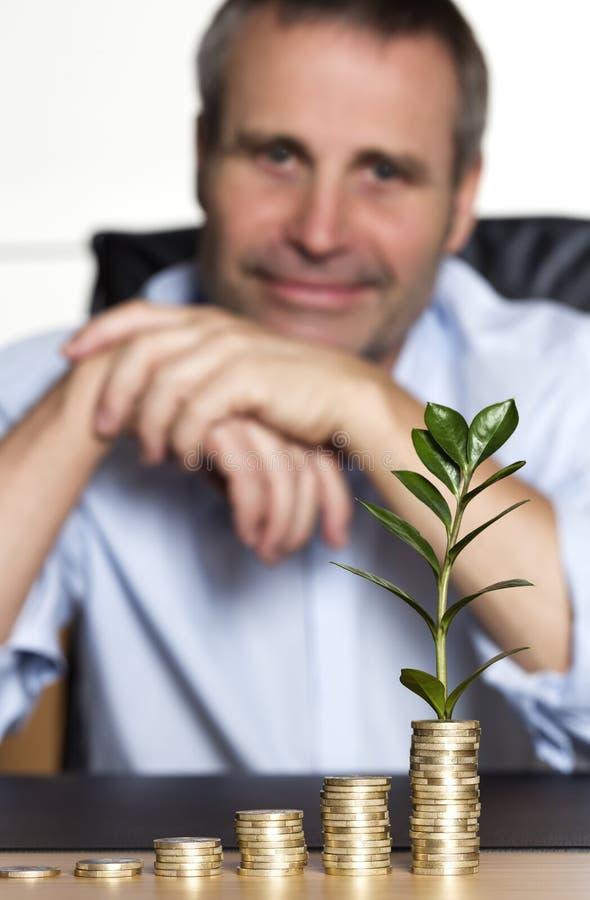 L'homme d'affaires heureux a satisfait au sujet de l'accroissement d'affaires. photos stock