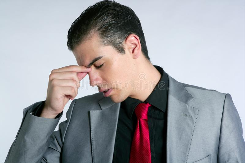 L'homme d'affaires a inquiété le mal de tête chargé et triste images libres de droits