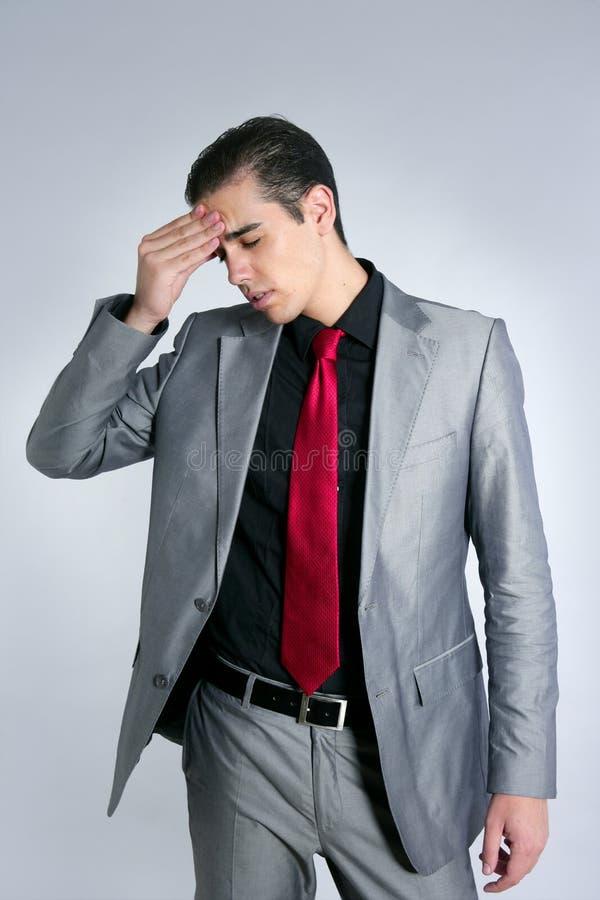 L'homme d'affaires a inquiété le mal de tête chargé et triste image stock