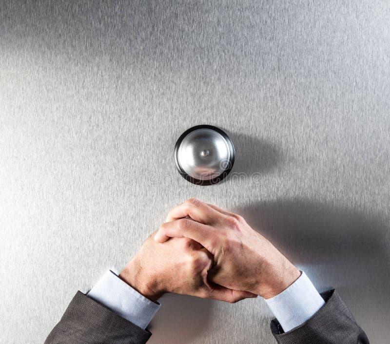 L'homme d'affaires introverti remet se tenir dessus, contrarié par mauvaise aide de client photographie stock