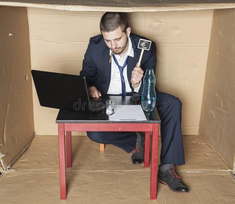 L'homme d'affaires ivre prend de mauvaises décisions photos libres de droits