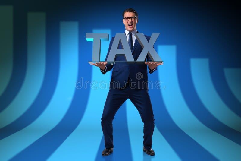 L'homme d'affaires luttant avec des impôts élevés photographie stock libre de droits