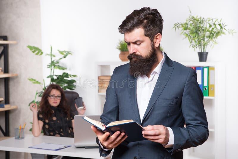 L'homme d'affaires mûr a lu la note pour le patron Bossage et employé Secrétaire avec le patron businesspeople collaboration form photographie stock