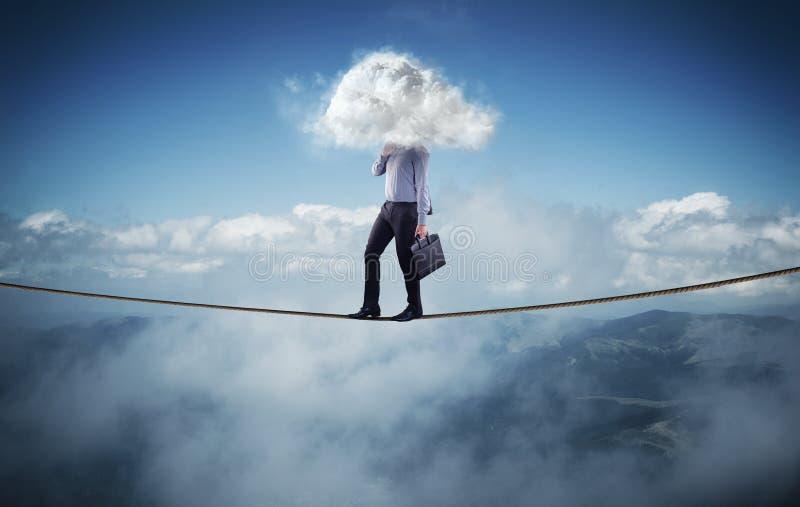 L'homme d'affaires marche sur une corde image libre de droits
