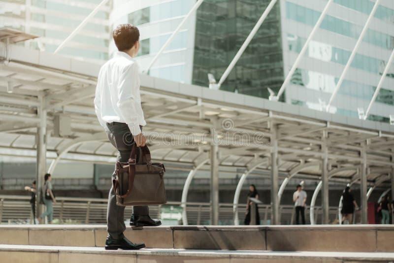 L'homme d'affaires marchent avec la lumière du soleil photos stock