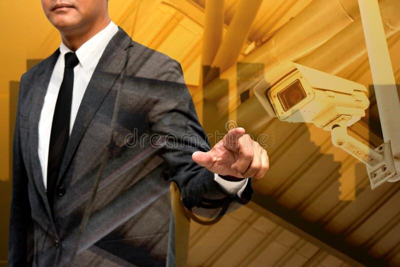 L'homme d'affaires montrant la main et le doigt avec la ville s'allument dans le backgrou photographie stock libre de droits