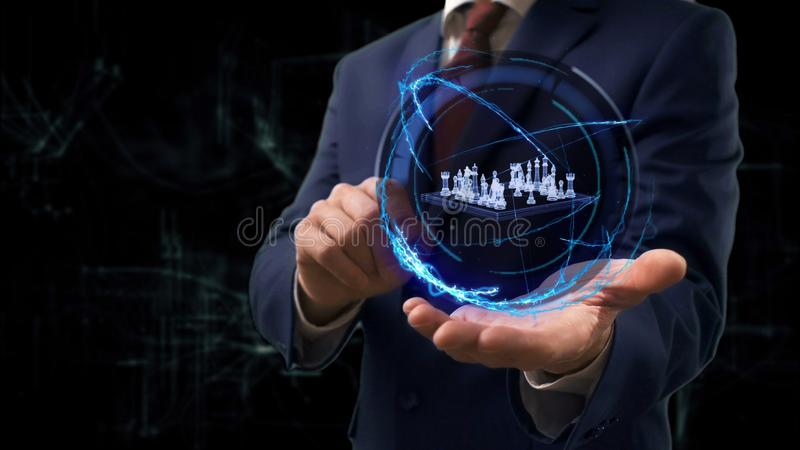 L'homme d'affaires montre des ?checs de l'hologramme 3d de concept sur sa main images stock