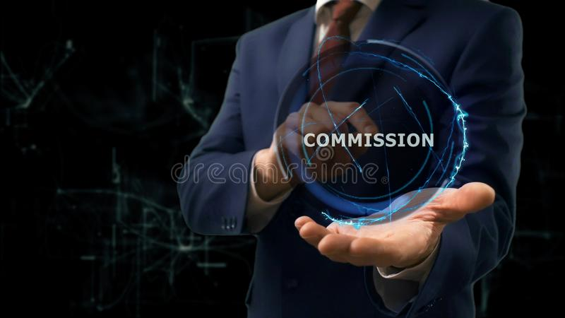 L'homme d'affaires montre la Commission d'hologramme de concept sur sa main image libre de droits