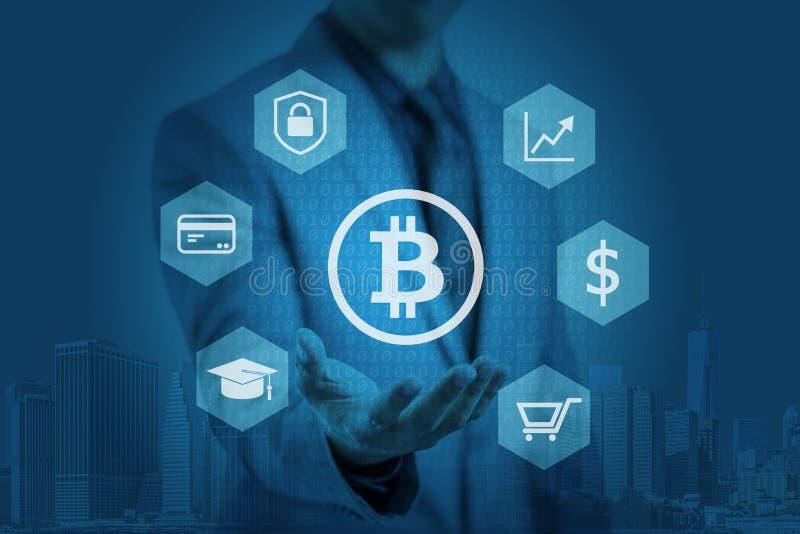 L'homme d'affaires montre le graphique de bitcoin sur des mains images libres de droits