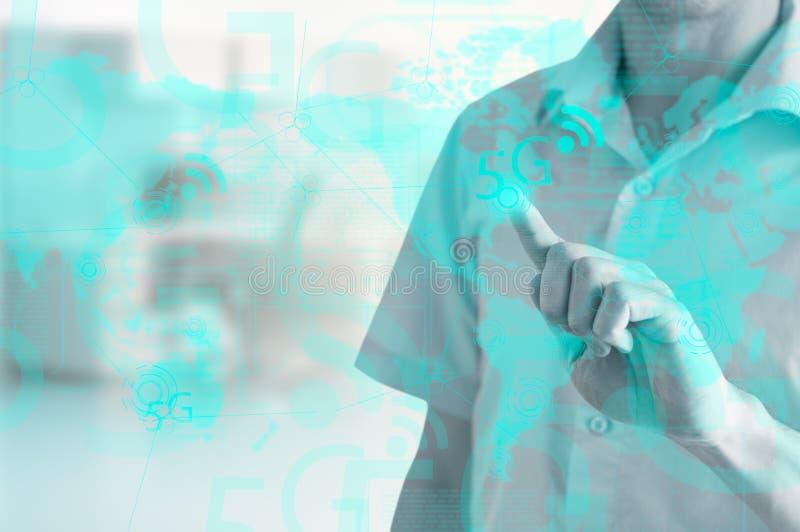 L'homme d'affaires montre les nouvelles technologies 5g sur l'affichage virtuel photo stock