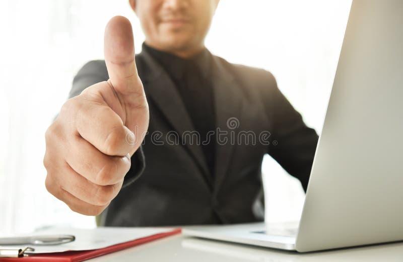 L'homme d'affaires montre ses pouces  photographie stock libre de droits