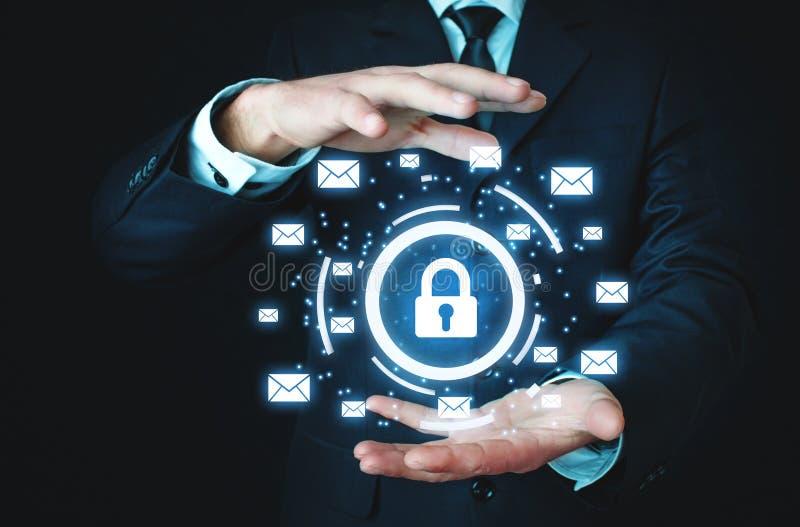 L'homme d'affaires protègent le cadenas avec des signes d'email Escroquerie de sécurité d'email photographie stock libre de droits