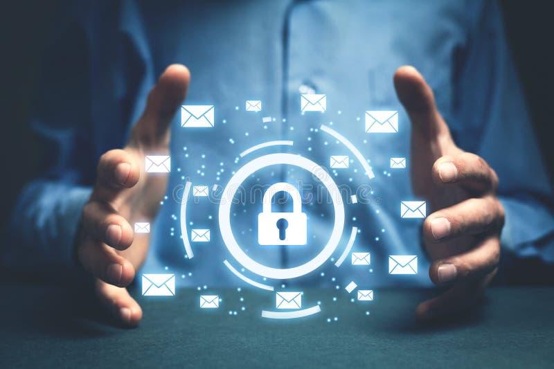 L'homme d'affaires protègent le cadenas avec des signes d'email Escroquerie de sécurité d'email image stock